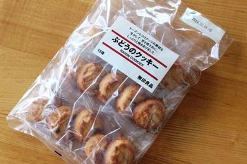 無印良品では定番のロングセラー!「ぶどうのクッキー」も個包装タイプ。レーズンとココナッツの風味豊かで甘さ控えめ。しっとりタイプのクッキーはやさしい味の人気商品です。