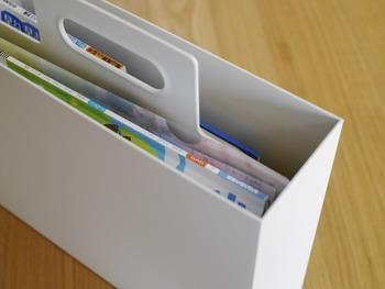 丈夫で耐水性にすぐれたポリプロピレン素材はそのままに、丈夫な持ち手がついているので、雑誌や資料など思いものを入れても楽に持ち運べます。