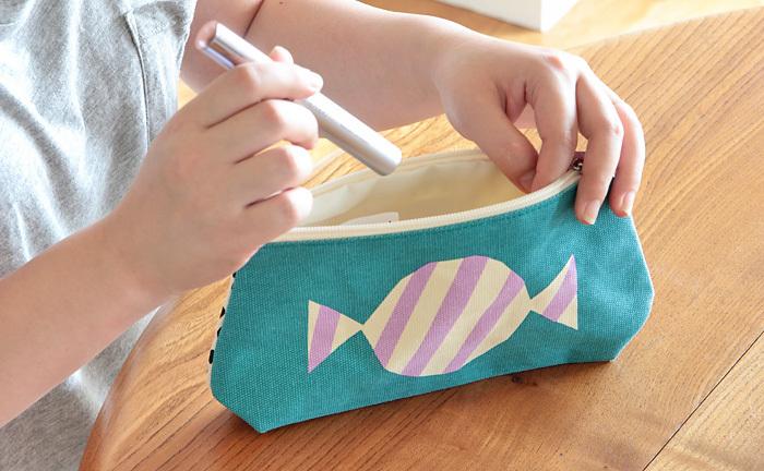 ノルウェーのデザインユニット、ダーリン・クレメンタインのポーチです。バッグに入れているだけでワクワクしちゃう、キャンディ柄。横長で収納力があるので、文房具やコスメなどがしっかりと入ります。