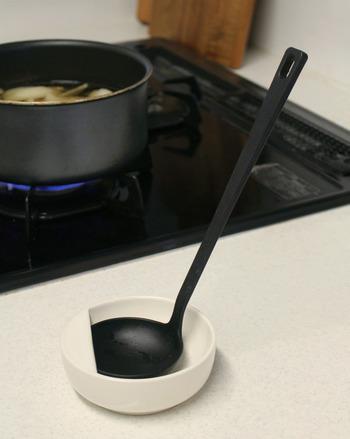 続いてご紹介するのは「磁器ベージュお玉おき」。シンプルな形状で使いやすく、調理中お玉を一時的に置きたいときも邪魔にならず衛生的です。