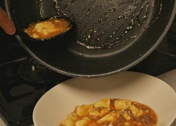 ソースやタレが多い場合は、お玉や菜箸ではフライパンに少し残ってしまうことがありますが、シリコンスプーンなら、このように最後のひとすくいまでキレイに♪