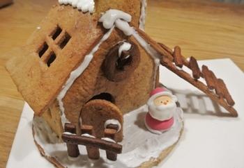 サンタさんをのせて、ヘクセンハウスの完成!マーブルチョコやゼリービーンズなどのお菓子で飾り付けをして、オリジナルにアレンジするのも良いですね。