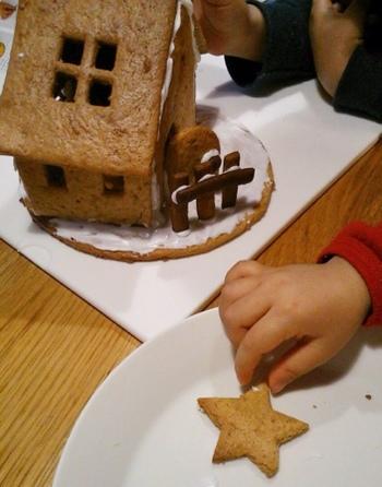 あとはアイシングを使って家を組み立てていきます!ここからが楽しい作業♪お子様と一緒に、ぜひ素敵なおうちを作ってみてくださいね。