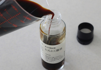 瓶の中に醤油以外の材料が入っているので、おうちにある醤油を注ぐだけ!とっても簡単に、風味豊かなにんにく醤油が作れますよ。
