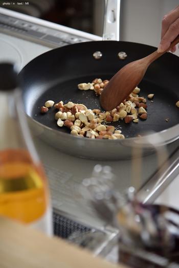 アーモンド、カシューナッツ、くるみの3種類のナッツが入った「素のままミックスナッツ」も人気!こんな風にフライパンで軽くローストしてはちみつで漬ける、アレンジレシピも楽しめます!