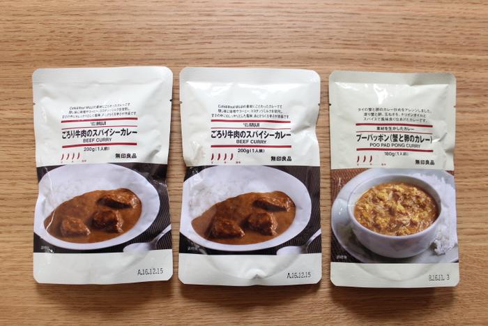 """「カレーライス」は、日本のどこの家庭でも定番のメニューであり、それぞれ家庭の味があることでしょう。無印良品の""""日本""""のカレーシリーズは、そんな家庭の味とはまた異なる、レストランや喫茶店などで食べられるような上品で本格的な味わいのものばかりです。その中でも、こちらの「素材を生かした ごろり牛肉のスパイシーカレー」は、ごろっと入った牛肉の旨味が溶け込んだ、レトルトとは思えないほどの美味しさ!辛さレベルは4です。"""