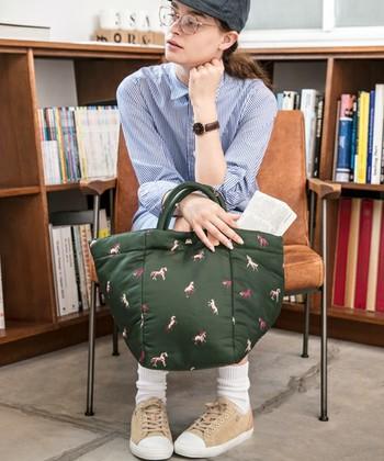 とっても軽いこちらのバッグは、トートバッグや斜めがけバッグとしても使用できるママにピッタリのバッグです。シックな色合いも素敵ですね。