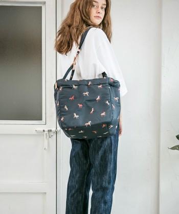 こんな風にバッグの形を変えて持つこともできます。マルシェバッグのようにたっぷり荷物が入りそうですね。