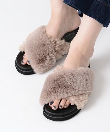 足元から秋を取り入れるのもおすすめ。今年はファーサンダルに注目が集まっていますね。まだ暑さの残る時期でも、足元だけなら全体の印象が重たくなりにくいですよ。