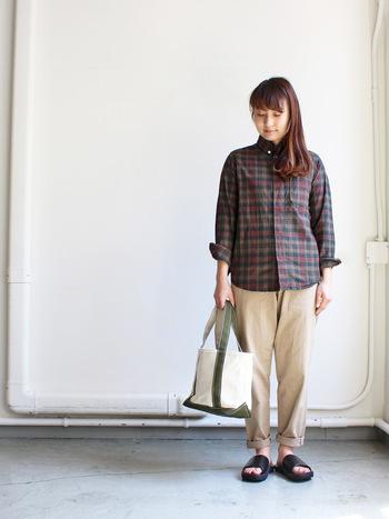 チェックシャツは、秋口に活躍してくれるアイテムです。マニッシュなパンツと、カジュアルなサンダルとバッグに合わせて。