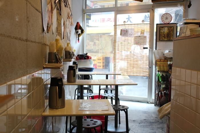 神田駅から徒歩2分ほどの場所にあるこぢんまりとしたお店『東京カオマンガイ』。お仕事帰りにフラッと立ち寄れるのも魅力的です。