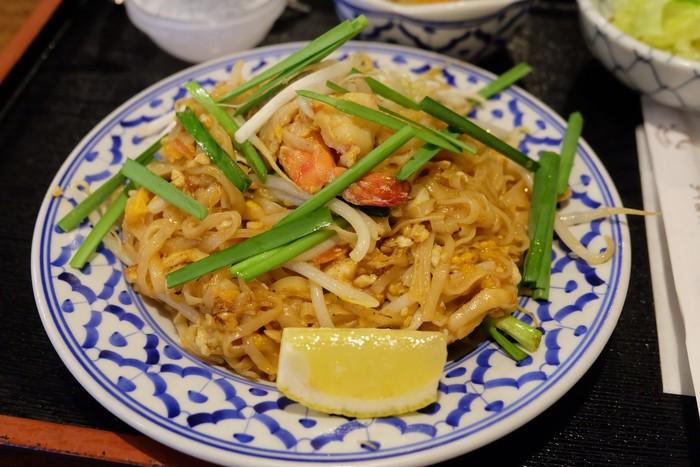タイ風焼きそばの「パッタイ」は甘めでこってりとした味付けとモチモチ麺との相性が◎後半はレモンを絞って味に変化をつけるのもおすすめです。