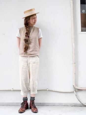 白~ベージュ~ブラウンのワントーンコーデ。カンカン帽や半袖で涼しげな着こなしに、ブラウンのレザーブーツが秋らしいアクセントになっています。