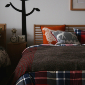 寝るときは羽織っていたブランケットをそのままベッドスプレッド代わりにして。スウェーデン産のゴッドランドウールは、柔らかく軽く、まるでモヘアのよう。保温性が高いウールです。