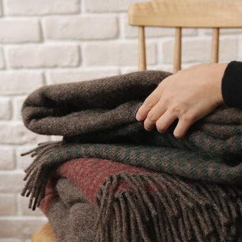 使わないときは椅子に畳んでおいたりソファに掛けておけば、秋を感じるディスプレイにも◎人それぞれ体感温度も違うから、来客用として準備しておくと喜ばれます。