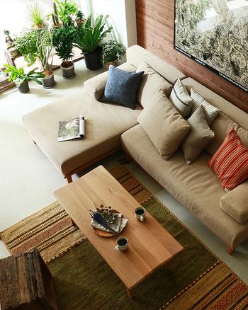 寒くなるとひんやり感じられるフローリングやレザーのソファは、真っ先にカバーリング。マルチカバーやブランケットを取り入れましょう。色味も暖色系を少し加えるだけで温もり感のあるインテリアに。