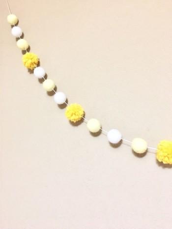 黄色と白のガーランドは、お花が咲いたようにお部屋を明るく華やかに見せてくれます。