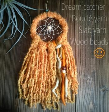 ドリームキャッチャーもフリンジでボリュームアップ。味のある毛糸を使えば存在感抜群ですね。