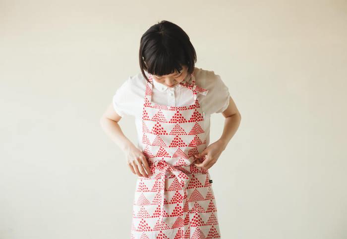 こちらの型紙を活用して、丈を調整したり、ポケットの位置を変えたりして作ると簡単ですよ。 肩紐は自分の使いやすい長さに合わせて縫い付けてしまうという裏技も!ループを作る必要もないので、縫う際の手間も省けますし、着脱も楽ちんです。