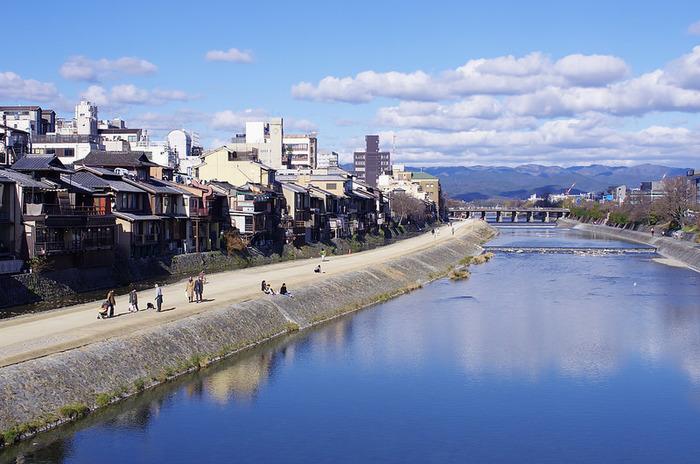 ちょっぴり秋の気配が感じられる、残暑が残る京都。 風情溢れる京都には、和のニュアンスが感じられるアイテムがよく合います。