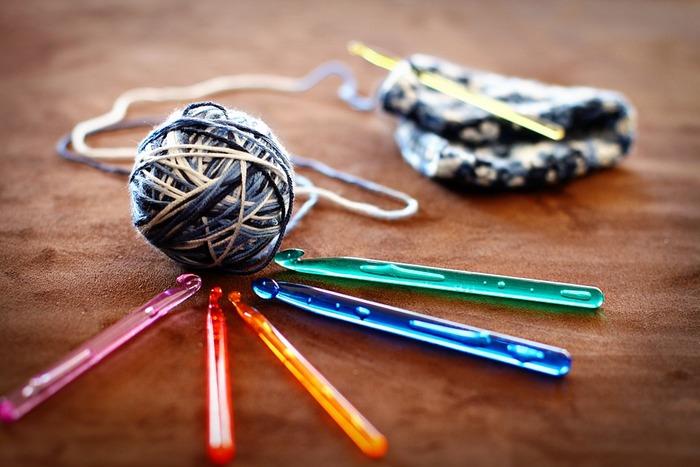 「かぎ針編み」というのは、かぎ針という編み棒1本を使って編み進めていく手法のこと。糸とかぎ針があれば小さなものから、お洋服まで編んでいくことができます。