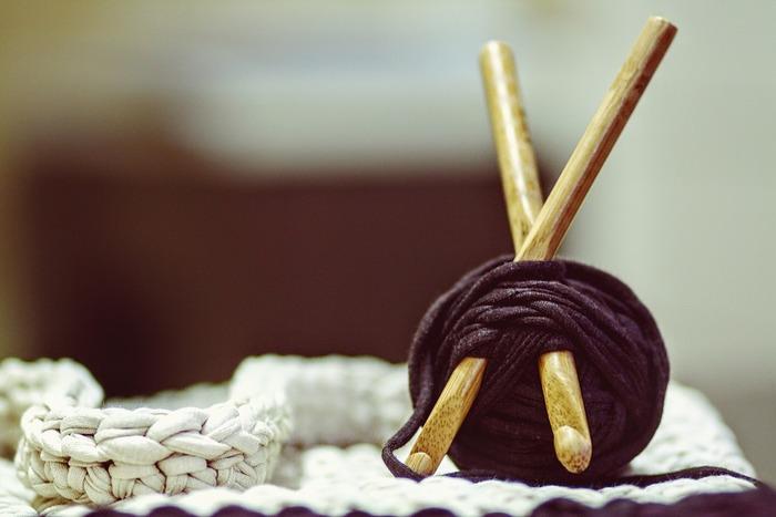 かぎ針編みをするときには、毛糸の太さにあったかぎ針をチョイスすることがとても重要になります。かぎ針の太さは号数で表し、小さな数字になるほど細い毛糸に使います。それぞれの毛糸に何号のかぎ針を使用するのか書いてあるので、それを目安に選びます。