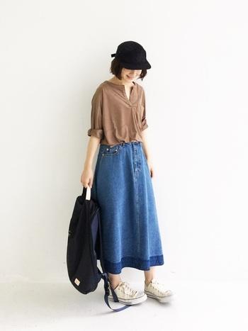 大人っぽくフェミニンな印象のデニムスカート。シンプルなトップスと合わせても平凡になりません。デニムスカートは、タックやギャザーがないことで腰周りもすっきりと見せるデザイン。また引き締め効果のある濃い目の色やミドル丈のものを選ぶとバランス良く着こなせますよ。