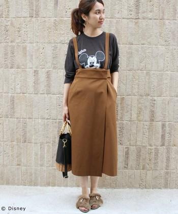 ハイウエストのスカートは穿くだけで脚長効果があります。今年トレンドのジャンパースカートは、子どもっぽく見えがちですが、タイト目のフレアシルエットなので、大人っぽく洗練された雰囲気になります。