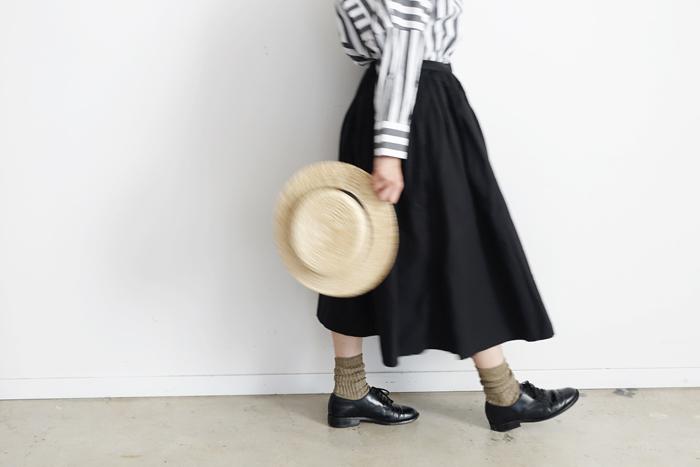 ふだんから「スカート」のコーデを楽しんでいらっしゃる方も、マニッシュスタイルが好きな「パンツ」派の方も、もしかすると、殆どの女性がボトムスのスタイルを気にされているのではないでしょうか。実は、「スカート」は「パンツ」ほどシルエットを拾わないアイテムなので、体型カバーには向いているのです。