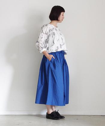 ミドル丈(ふくらはぎの一番太い部分の中央)のスカートは、気になるふくらはぎをカバーしてくれます。またマキシ丈とは違って足元のおしゃれを見せたいときには◎です。