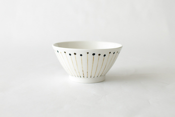 シンプルで可憐な飯椀「花粉」。甘すぎないデザインと、落ち着いた色合いの上品な器です。