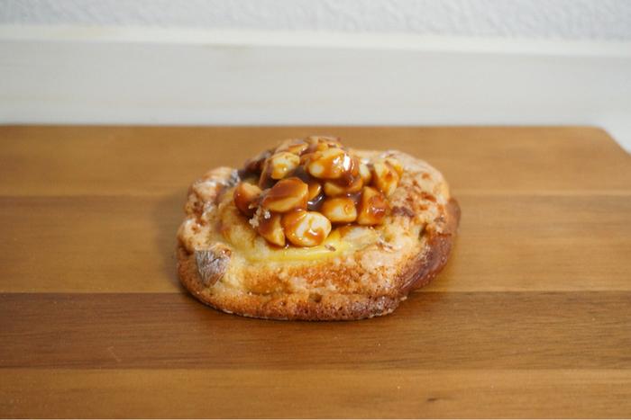 疲れると甘いものも欲しくなりますよね。そんな時におすすめのパンがこちら!キャラメルナッツはクロワッサン生地のサクサク感とカスタードクリームとキャラメルゼされたマカダミアナッツの甘さが最高のハーモニーを醸しだします♪