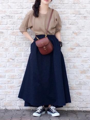 身長が低い方は、マキシ丈のスカートですらりと足長に見せることをオススメします。スカートのボリュームが気になるようでしたら、カーディガンやシャツを腰に巻くことで、広がりを調整することも出来ますよ。できるだけトップスはコンパクトなアイテムを持ってくるとスタイルアップにも繋がります。