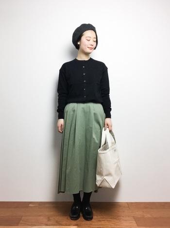 お尻や太ももが気になっている方には、適度にハリのある素材を使ったフレアスカートで、お悩み箇所をふんわりとカバーしてしまいましょう。