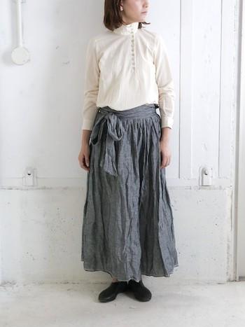 ウエスト部分にリボンがついたマキシスカートは、メリハリを作ってくれるだけでなく、足長に導いてくれます。