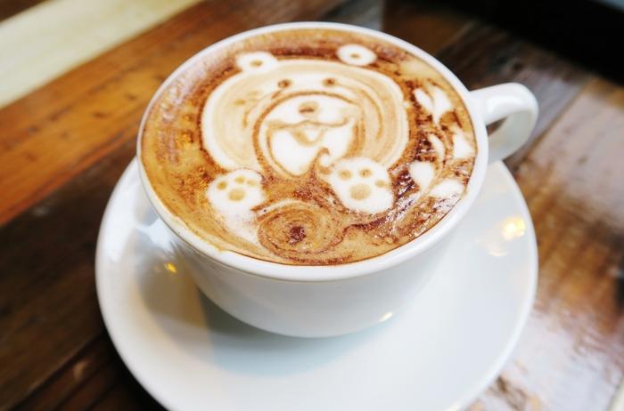 肌寒い日にはあったかいカフェラテで心身ともに温まりましょう。こんな可愛いラテアートを見たら走り疲れも吹っ飛びそうですね。