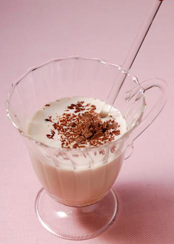 【ホットチョコレートカクテル】  チョコレートリキュールにホットミルクを合わせるだけなので、飲みたいときにすぐに作れます。チョコレートの甘さにホッと温まります♪