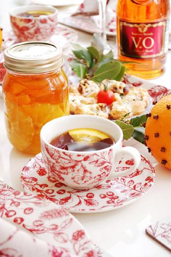 【オレンジとクローブのフルブラホットティー】  いつもの紅茶もオレンジとクローブのフルブラを加えると、大人の味わいに。蜂蜜もプラスするとちょっぴり甘くなって、ほっこり癒されます。