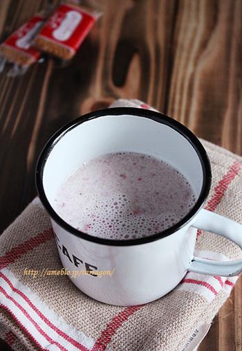 【フルブラいちごのハニーホットいちごミルク】  ホットミルクにイチゴのフルブラとハチミツを加えています。イチゴとホットミルクの組み合わせは、お酒が苦手な方でも飲みやすく、疲れた身体にホッと染みわたります。
