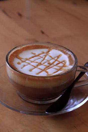 """【HOTカクテル""""CAFFEディサローノ""""】  エスプレッソにリキュールを加えた、コーヒー好きにはたまらない1杯。生クリームとキャラメルシロップをかけると、カフェのようなおしゃれな仕上がりに♪"""