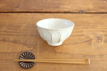 岐阜県の伝統ある焼き物「美濃焼」の飯椀です。菊の花をイメージしたかわいらしいデザイン、こちらは小ぶりなので女性におすすめ。