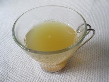 【モルド・アップルジュース】  こちらはリンゴジュースを使ったホットドリンク。オレンジの皮やシナモンが香るフルーティーでスパイシーな1杯です。