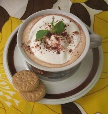 【寒い日に♪プルーンフルブラでホットチョコレート】  プルーンの甘酸っぱさが甘いホットチョコレートに絶妙にマッチ。ホイップクリームとココア、ミントを添えてカフェ風に♪