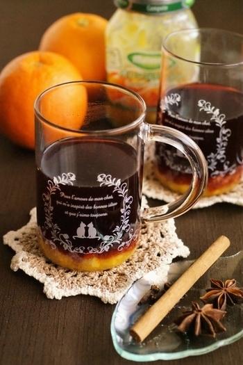 【オレンジコンポートのホットワイン】  オレンジコンポートとワインで2層になった見た目が綺麗♪スターアニスやクローブでちょっぴりスパイシーに仕上がっています。