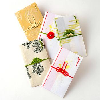 水引とは、金封や贈り物の包み紙を結ぶ飾り紐のことです。お祝いだけでなく、お見舞いや弔事などにも使われ、紐の色や本数、結び方にそれぞれ意味があるのです。