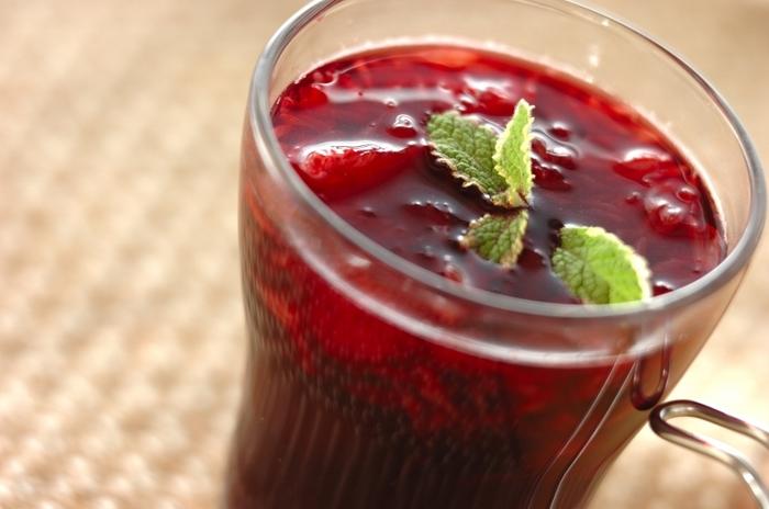 【グレープフルーツのホットワイン】  赤ワイン・グレープフルーツ・はちみつだけでシンプルに。グレープフルーツのほろ苦さが大人の味わいです。