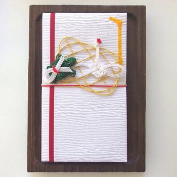 鶴と亀がモチーフで、縁起がよくかわいらしい祝儀袋。1点1点手作りで作成されています。 大切な人を思ってこんな素敵で特別な想いがこもったご祝儀袋を用意されたら、贈られる方も本当にうれしいですし幸せですよね!