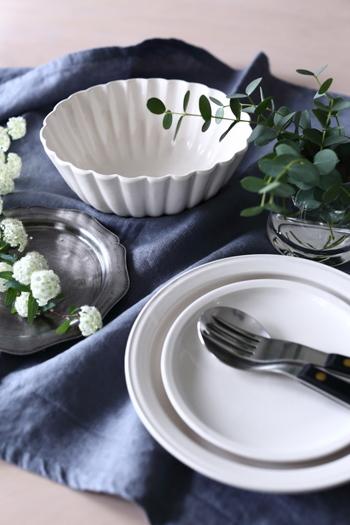 美味しいお料理を引き立ててくれるのは、美しいうつわです。同じお料理でも、盛りつけるうつわ次第で、幾通りにも見せることができるようになります。