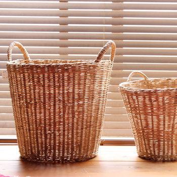 観葉植物の鉢カバー・子ども部屋のおもちゃカゴ・リビングでの雑誌入れなど、口が広くサッと持ち運べる取手が便利。編み目から光を通す姿が美しい◎ 空間をぐっと素敵にしてくれます。