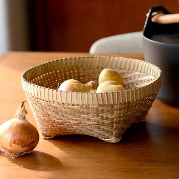 竹の良さは、使うほどツヤを増して青から飴色へと風合いが変化していくところ。編み方のバリエーションも豊富で、使い込むほど滑らかになり愛着が増していきます。  どこか和の雰囲気も漂うデザインは、野菜を優しく受けとめ、程よい生活感を残しつつスッキリと収納できます。